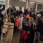 Fastelavn i Dianalund Centret med tøndeslagning for børn og barnlige sjæle
