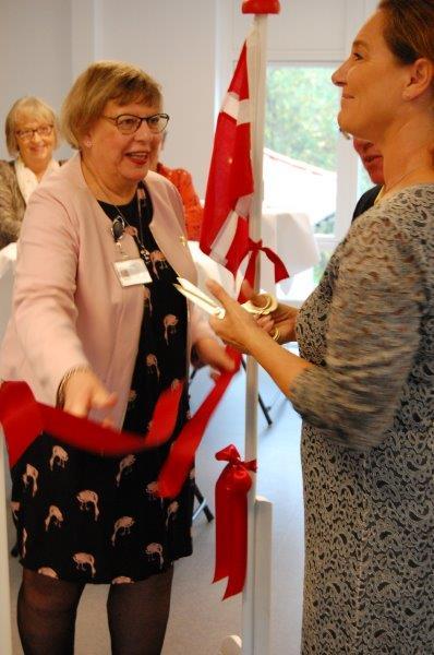 Den røde snor klippes over af Jane Heitmann, formand for Folketingets Ældre- og Sundhedsudvalg med ledende sygeplejerske Lis Petersen til venstre.