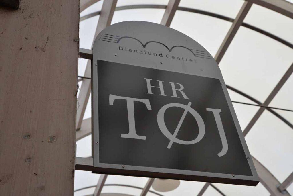 HR. TØJ Logo i Dianalund Centret